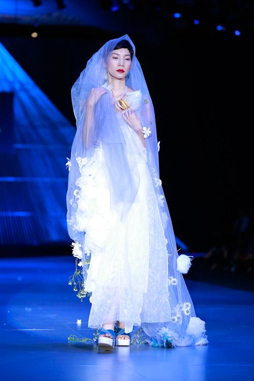 Show diễn 7 phút gây sốc tại tuần lễ thời trang Việt - 15