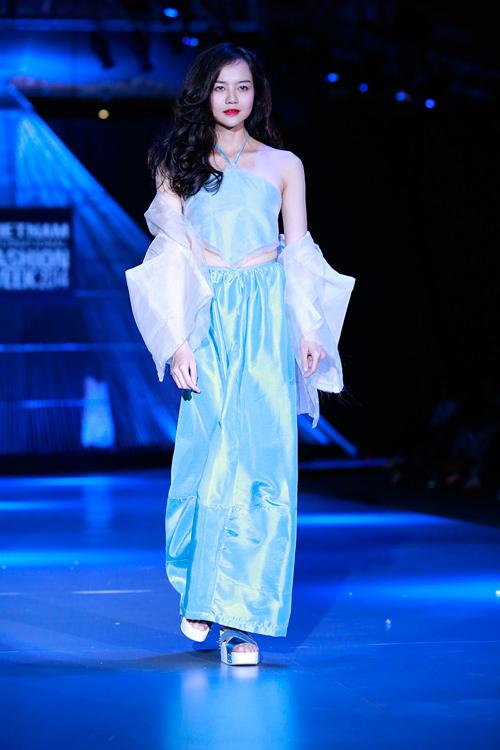 Show diễn 7 phút gây sốc tại tuần lễ thời trang Việt - 13
