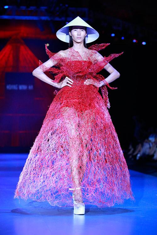 Show diễn 7 phút gây sốc tại tuần lễ thời trang Việt - 20