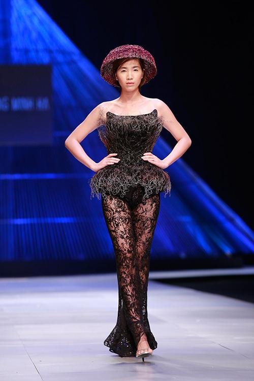 Show diễn 7 phút gây sốc tại tuần lễ thời trang Việt - 16