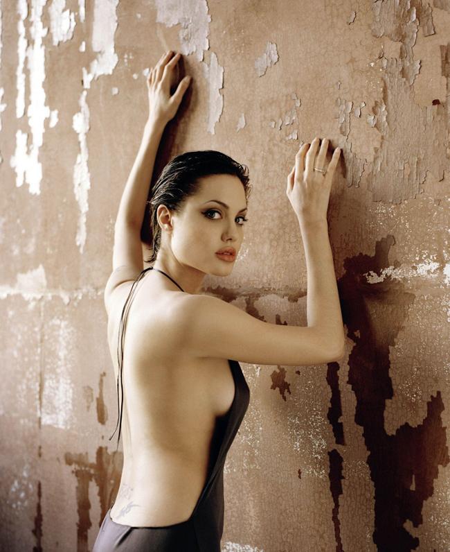 Angelina Jolie từng có một thời gian yêu nhau sâu đậm với nữ diễn viên Jenny Shimizu. Bà xã Brad Pitt thổ lộ:  Có thể tôi đã kết hôn với Jenny nếu không cưới chồng. Tôi đã yêu cô ấy từ giây phút đầu gặp gỡ .