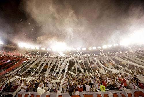 Mê bóng đá, fan nữ bị CĐV quá khích hành hung - 1
