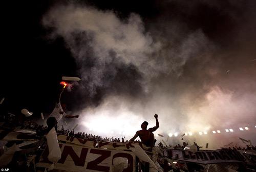Mê bóng đá, fan nữ bị CĐV quá khích hành hung - 2