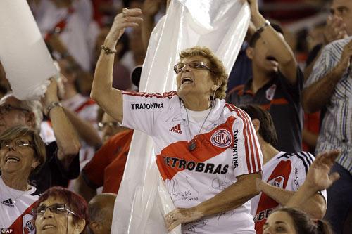 Mê bóng đá, fan nữ bị CĐV quá khích hành hung - 3