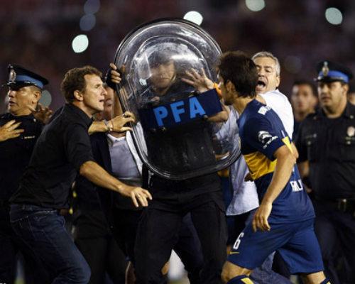 Mê bóng đá, fan nữ bị CĐV quá khích hành hung - 5