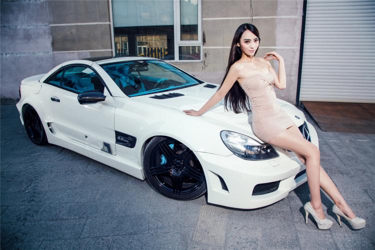Mercedes SL63 AMG 2013 được trang bị  V8 tăng áp kép dung tích 5,5 lít, có công suất 530 mã lực tại 5.500 vòng/phút và mômen xoắn cực đại 800Nm tại 2000 đến 4.500 vòng/phút.
