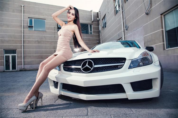Với sức mạnh này thì xe có thể tăng tốc từ 0-100km/h trong 4,3 giây, từ 0 lên 200km/h là 12,9 giây trước khi đạt tốc độ tối đa 250km/h (giới hạn điện tử).