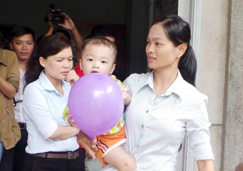 Hai người đến nhận bé bị bỏ ở taxi không có đủ giấy tờ - 1