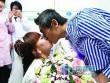 Cô gái quỳ gối cầu hôn bạn trai nghèo ung thư