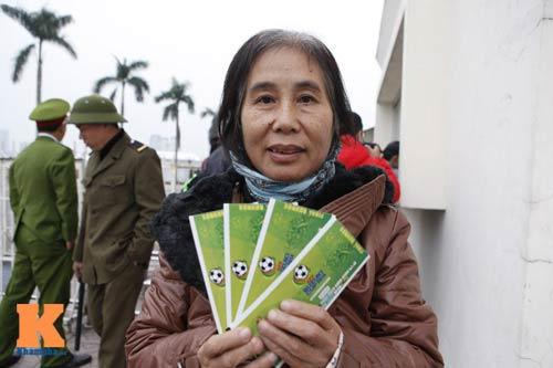 Chịu rét từ 4h sáng mua vé trận Việt Nam - Malaysia - 11