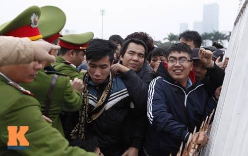 Chịu rét từ 4h sáng mua vé trận Việt Nam - Malaysia - 2