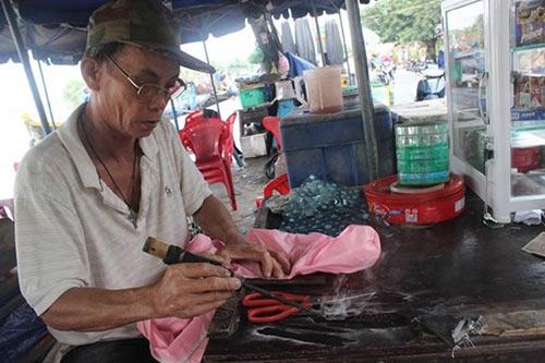 """""""Lão gàn"""" 32 năm sống vỉa hè, làm nghề vá áo mưa - 1"""