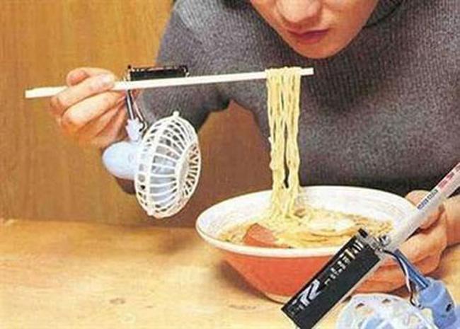 Đôi đũa gắn quạt để làm nguội khi ăn mì
