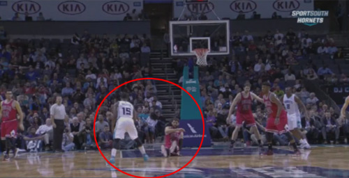"""NBA: """"Ngã chổng vó"""" với pha đảo bóng ngoạn mục - 1"""