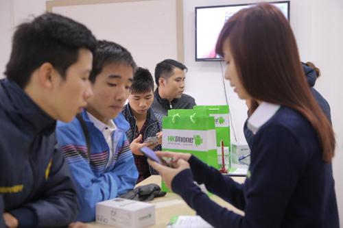 Hàng trăm người đội rét mua điện thoại ưu đãi - 2