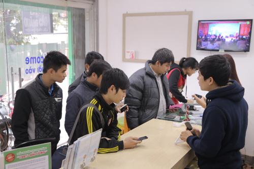 Hàng trăm người đội rét mua điện thoại ưu đãi - 4