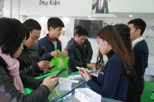 Hàng trăm người đội rét mua điện thoại ưu đãi - 6