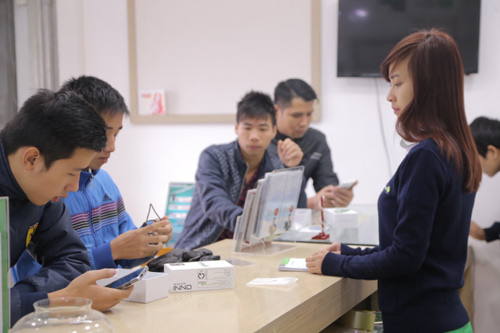 Hàng trăm người đội rét mua điện thoại ưu đãi - 7