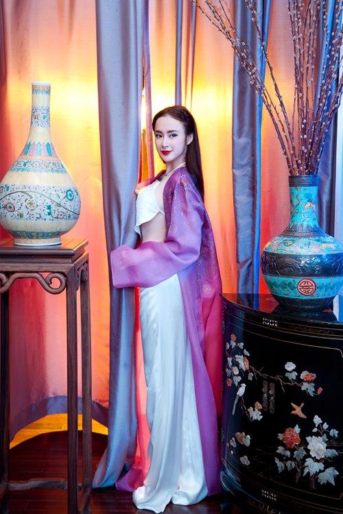 Angela Phương Trinh khoe eo thon trong tà yếm đào - 2