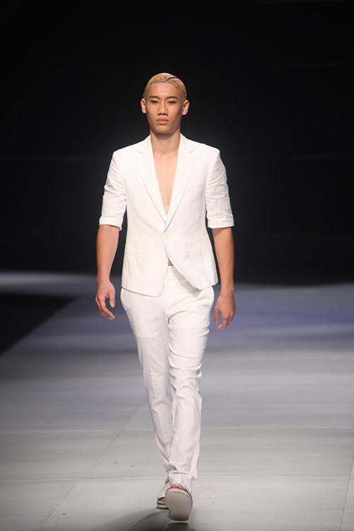 Mẫu Việt mặc đồ bơi nhí nhảnh trên sân khấu - 19