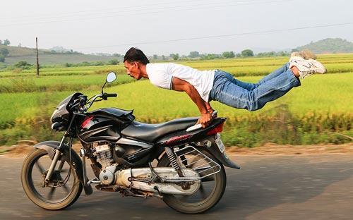Ảnh ấn tượng: Tập yoga trên xe máy chạy tốc độ cao - 1