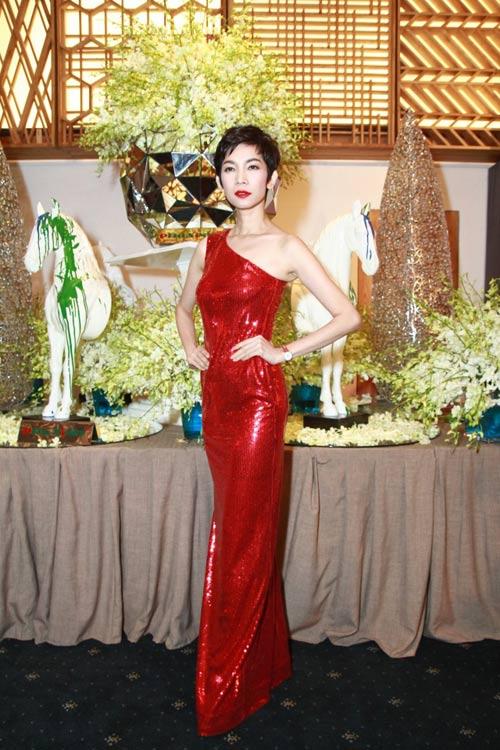 Giáng My giấu kỹ đường cong, Thanh Hằng khoe lưng sexy - 15