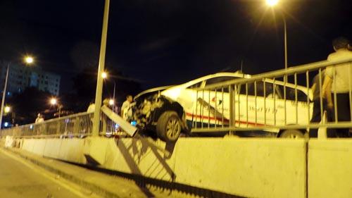 TPHCM: Sau va chạm xe, taxi suýt lao khỏi cầu Chữ Y - 1