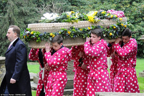 Chàng trai trẻ và đám tang hơn 400 áo khoác hồng - 2