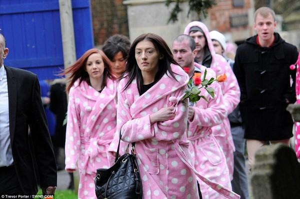Chàng trai trẻ và đám tang hơn 400 áo khoác hồng - 3