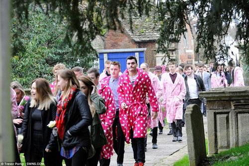 Chàng trai trẻ và đám tang hơn 400 áo khoác hồng - 4