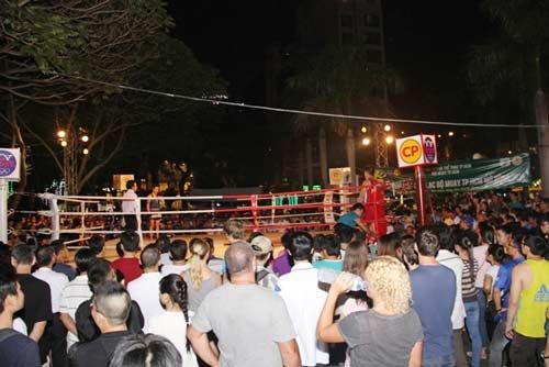 Võ đài Muay Thái ngoài trời thu hút hàng ngàn người xem - 1