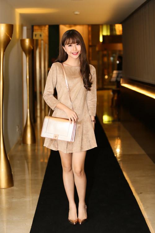 Hồng Quế khoe chân dài với váy ngắn giữa mùa đông - 7
