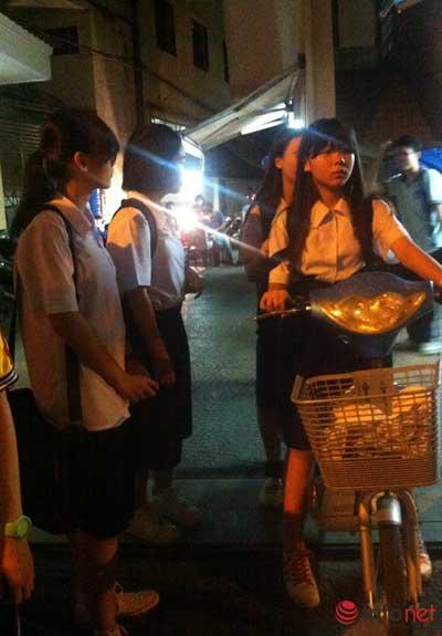 Học sinh hối hả đi học thêm ban đêm tại trung tâm - 1
