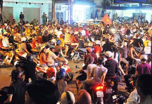 CĐV Sài Gòn đổ ra đường sau chiến thắng của tuyển VN - 1