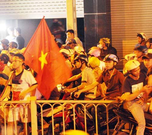 CĐV Sài Gòn đổ ra đường sau chiến thắng của tuyển VN - 3