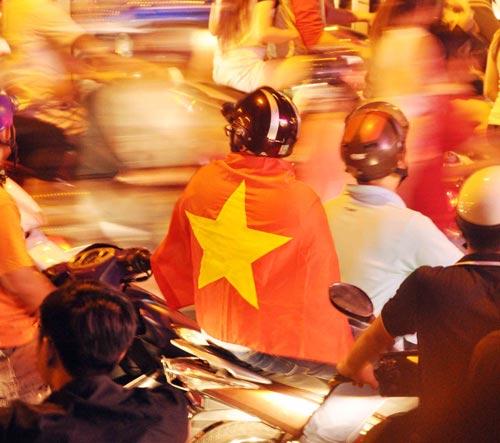 CĐV Sài Gòn đổ ra đường sau chiến thắng của tuyển VN - 4