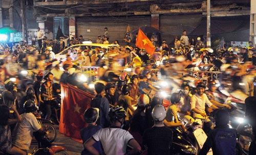 CĐV Sài Gòn đổ ra đường sau chiến thắng của tuyển VN - 5