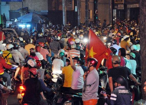 CĐV Sài Gòn đổ ra đường sau chiến thắng của tuyển VN - 6