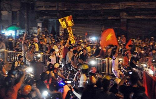 CĐV Sài Gòn đổ ra đường sau chiến thắng của tuyển VN - 7