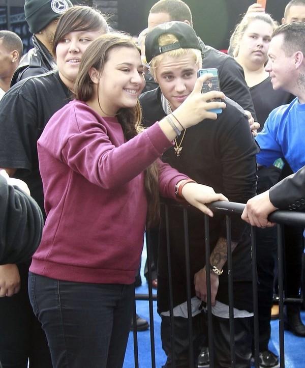 Justin Bieber tóc vàng hoe khoe diện mạo mới - 11