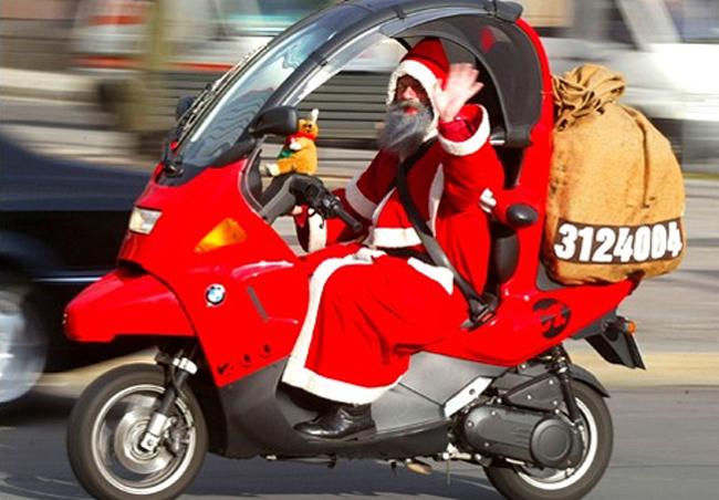 Ông già noel xuống phố thì phải đi xe máy