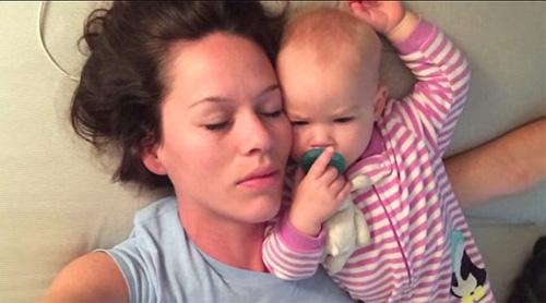 """Clip: """"Chiến thuật"""" đánh thức mẹ của bé gái 8 tháng tuổi - 2"""