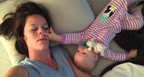 Clip: Bé gái ngoáy mũi đánh thức mẹ dậy