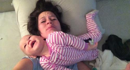 """Clip: """"Chiến thuật"""" đánh thức mẹ của bé gái 8 tháng tuổi - 5"""