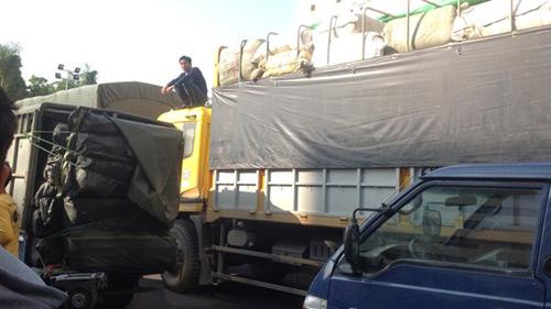 Bắt giữ 9 xe tải chở hàng lậu từ biên giới về Hà Nội - 2