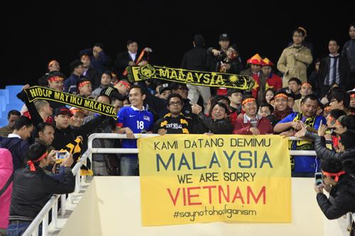 CĐV Việt Nam - Malaysia bắt tay nhau trước trận đấu