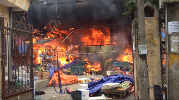 Hà Nội: Cháy chợ Nhật Tân, tiểu thương ôm hàng tháo chạy