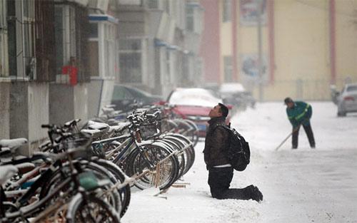 Chàng trai si tình quỳ gối dưới tuyết xin lỗi bạn gái