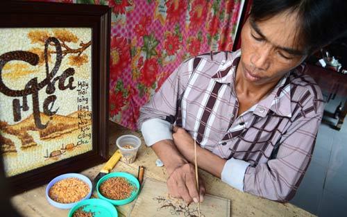 Chàng trai tật nguyền vẽ tranh bằng hạt gạo