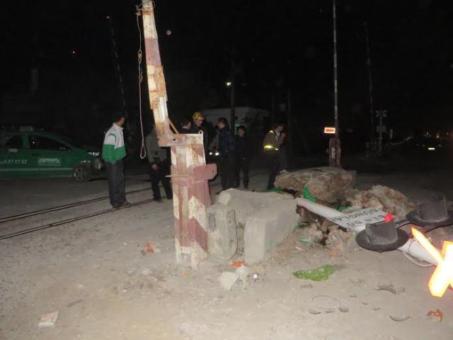 Taxi lao vào biển báo giao thông, 4 người nguy kịch